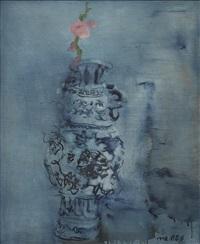 青花瓶与桃花 by zhou chunya