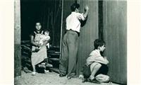 femme et enfant à l'extérieur du cirque à montreuil by agnès varda