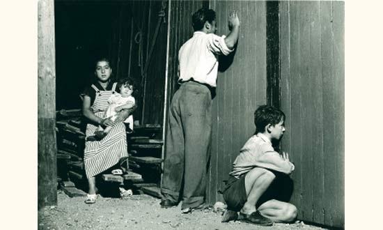 femme et enfant à lextérieur du cirque à montreuil by agnès varda