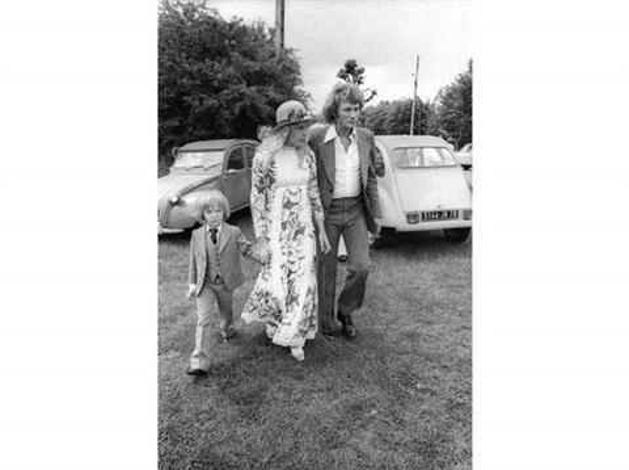 johnny hallyday sylvie vartan et leur fils david arrivant au mariage de xavier gélin à la campagne by francis apesteguy