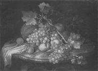 früchtestilleben mit trauben und weinlaub über melone, äpfeln, pfirsichen und aprikosen auf einem marmortisch by johann daniel bager
