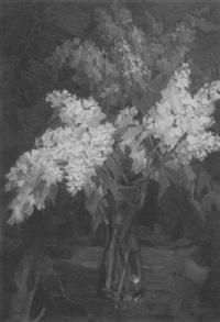 weißer und dunkler flieder in einer glasvase by josefine batke-koller