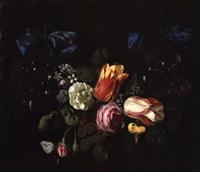 guirlande de fleurs retenues par des nouds bleus by cornelis kick