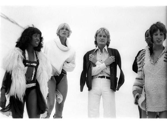 claude françois chante sur le toit de la piscine de deauville lors du festival du film américain le 28 août 1976 by francis apesteguy
