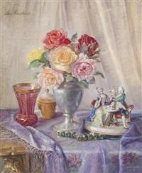 stilleben mit rosenstrauß und figurinen auf einem tuch by lea reinhart