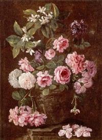 nature morte au bouquet de roses et de fleurs d'oranger dans un vase sculpté by benito espinos