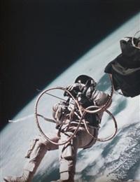 ed white. première sortie extravehiculaire américaine survol de la californie. (gemini iv, 3 juin 1965) by james mcdivitt