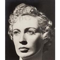 Portrait de femme au visage sculptural