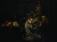 uve e pesche in un piatto di ceramica, altri frutti e vasellame su un tavolo by michiel simons