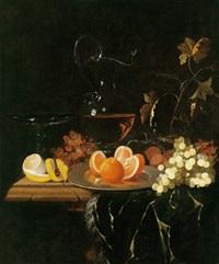 prunkstilleben mit südfrüchten,weintrauben und einer mit rotwein gefüllten karaffe by georg hainz