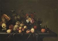 früchtestillleben mit blumenvase und römer by michiel simons