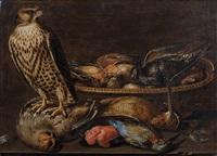 faucon crecerelle sur une nature morte aux perdreau gris, bécasse, martin-pêcheur, bouvreuil et dans le panier: sansonnet, rouge-gorge et passereau by clara peeters