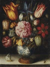 bouquet de tulipes, rose, iris, oeillet et ancolie dans un vase en porcelaine avec un papillon et une mouche sur un entablement en pierre by ambrosius bosschaert the elder