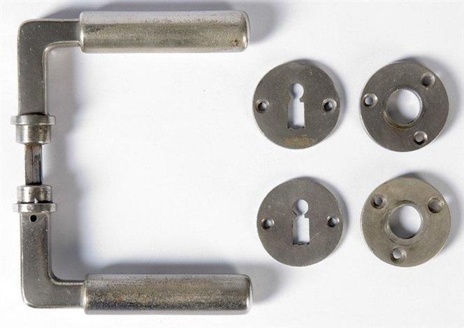 suite de cinq paires de poignées de porte et leurs entrées de serrures set of 5 by walter gropius