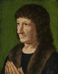 brustporträt eines mannes vor grünem hintergrund, mit pelzverbrämtem marderkragen und gefalteten händen by jan van scorel