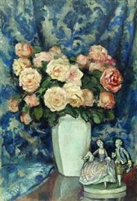 martwa natura z różami i porcelanową figurką by stanislaw filipkiewicz