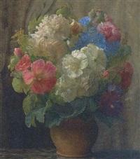 en buket blomster i vase på karm by ove haase