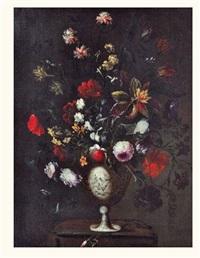 bouquet de fleurs dans un vase en porcelaine sur un entablement by pedro de camprobin
