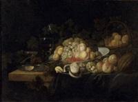 nature morte au panier et au plat de pêches et de raisins disposés près d'un roehmer sur un entablement by michiel simons