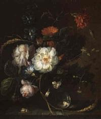 bouquet de fleurs dans un vase en verre by pieter gallis