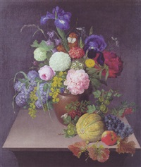 syrener, roser, iris, pæoner og guldregn i en krukke på en karm hvorpå melon, vindruer og stikkelsbær by johannes ludwig camradt