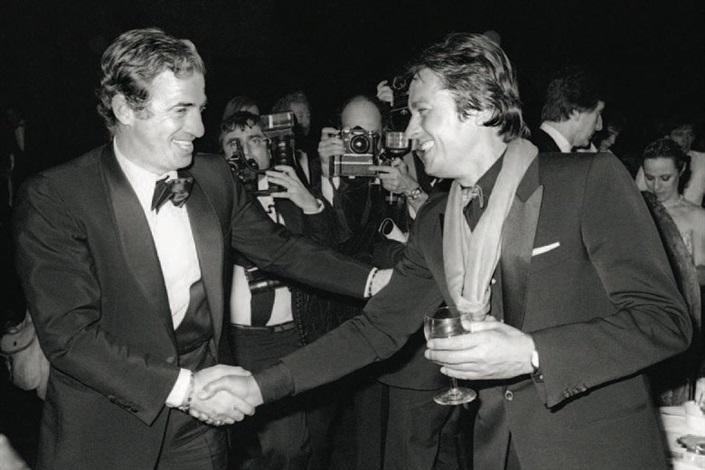 jean-paul belmondo et alain delon, rencontre lors de la première d'un nouveau spectacle du lido intitulé cocorico by francis apesteguy