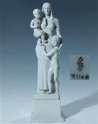 stehende mutter mit zwei kindern by ottmar obermaier
