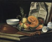natura morta con liuto, frutta e porcellana: stillleben mit einer laute, früchten und porzellangeschirr by cristoforo munari