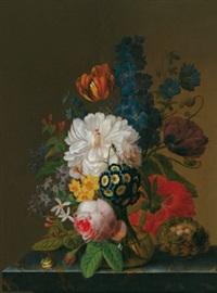 blumenstillleben mit einer glasvase auf einer marmorplatte, einem wachteleinest und einer schnecke by pieter faes