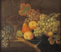 uva, mele, pere, fichi e altri frutti su un tavolo by christian berentz