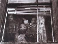 trois enfants derrière la vitre by leon levinstein