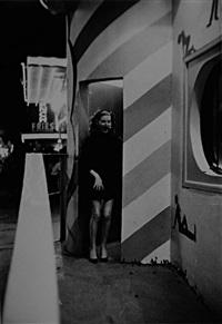 tournée de la chambre syndicale de la haute couture aux usa denise à la sortie de musée de l'horreur à la foire agricole de dallas (for life magazine) by tomas mac avoy