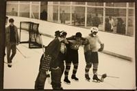 hockeyeur sur glace japonais sonné et soutenu par ses coéquipiers by henri cartier-bresson
