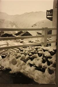 bouteilles mises au frais dans la neige sur un balcon by henri cartier-bresson