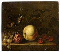 composition aux cerises, raisins, rose, pêche et verre sur un entablement by michiel simons