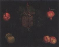 natura morta con grappolo d'uva, cipolla, melagrana, pesche e mele by alejandro de loarte