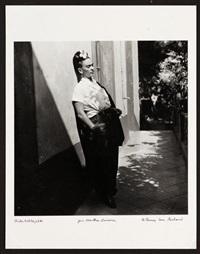 frida kahlo con ropa de trabajo tomando el sol junto al comedor de la casa azul by emmy lou packard