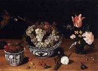 bowl in porcellana con tralci d'uva, tazza con more, vaso di fiori, fiori e frutta sul piano by isaac soreau