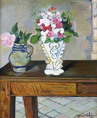 deux bouquets de fleurs sur une table by suzanne valadon