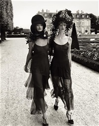 walking in paris, linda evangelista & kristen mcmenamy, vogue, october by steven meisel