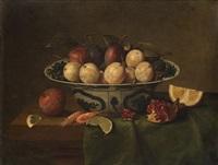pareja de bodegones: bol de porcelana china con ciruelas sobre una repisa y caza muerta con frutas sobre una repisa (pair) by frans ykens
