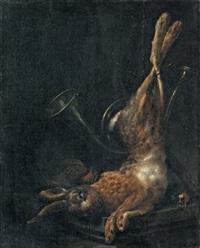 trophée de chasse au lièvre et aux oiseaux des champs, avec un cor de chasse, sur un muret de pierre by elias vonck