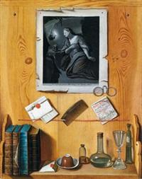trompe l'oeil einer hölzernen pinnwand mit einem regal, darauf geheftet ein aquatintablatt darstellend die magdalena by j.g. linneman
