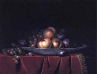 pêches, raisins et pommes disposés sur un drapé de velours rouge by paul liegeois