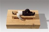 auf dem rücken liegender mann by stephan balkenhol