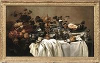 grande composizione con tralci d'uva, frutta e altri oggetti su tavolo drappeggiato by cornelis cruys