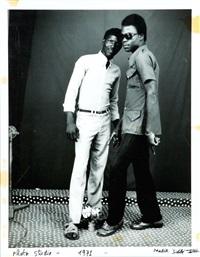 portrait de deux hommes by malick sidibé