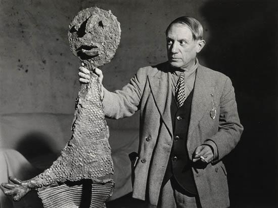 picasso tenant une de les sculptures by brassaï