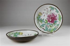 民国粉彩花卉盘(包铜皮)一对<br/>a set of minguo flower pattern porcelain copper bonded plates