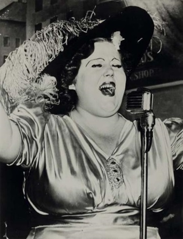 norma devine at sammys bar new york 4 décembre by weegee